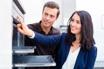 Paar sucht Küche im Möbelhaus aus