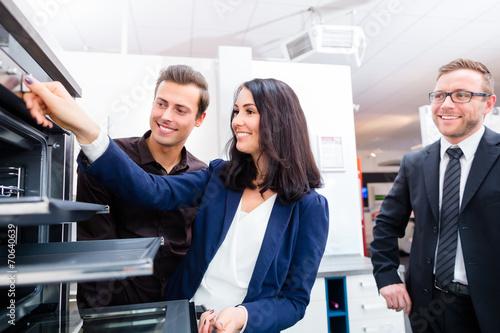 Paar sucht Küche im Möbelhaus aus - 70640639
