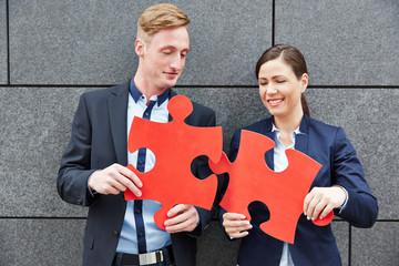 Geschäftsleute lösen zusammen ein Puzzle