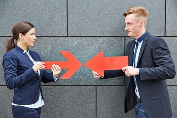 Zwei Konkurrenten halten rote Pfeile