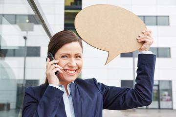 Frau telefoniert mit Smartphone und hält Sprechblase