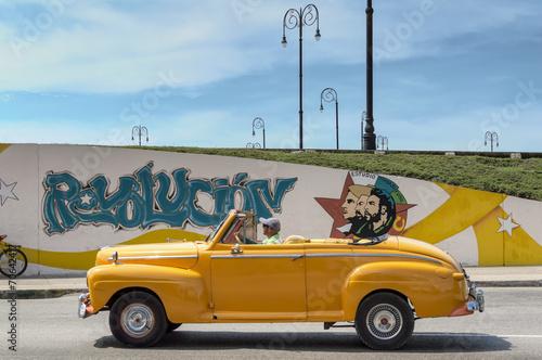 Papiers peints Vintage voitures Yellow taxi in Havana, Cuba