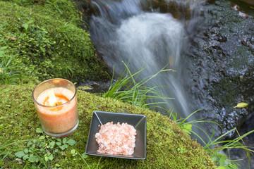 グラスキャンドルとヒマラヤ岩塩と沢