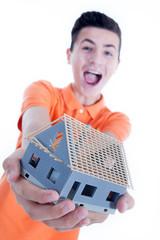 Jugendlicher zeigt stolz sein Rohbau Miniatur Haus
