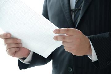 ビジネスイメージ―書類をチェックするビジネスマン