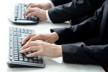 ビジネスイメージ―パソコンを使うビジネスマン
