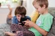brüder spielen mit tablet-computern