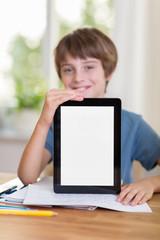 junge zeigt etwas am tablet-pc