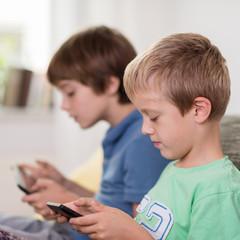 zwei jungen lesen am tablet-pc