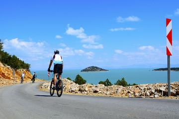 göl kenarında bisiklet sürmek
