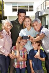 Familie macht Selfie mit Großeltern