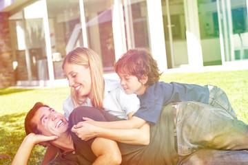 Familie mit Kind im Garten vom Haus
