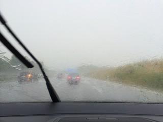 Platzregen auf der Autobahn