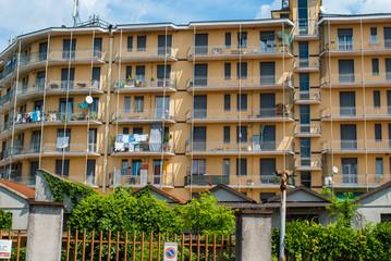 Facciata palazzo pololare con finestre e balconi