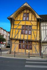 Maison à colombages ocre à Troyes