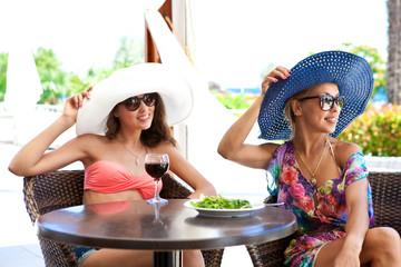 Девушки в панамах в кафе