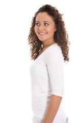 Seitlicher Blick: lachende junge Frau isoliert in Shirt weiß