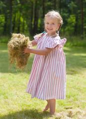 Kleines fröhliches Mädchen im Garten