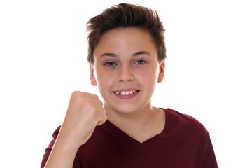 Junge ballt die Faust mit Erfolg beim Siegen oder Gewinnen