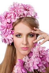 Девушка с пионами в волосах. Красивая модель