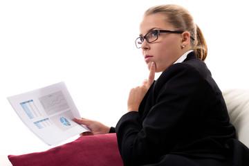 Geschäftsfrau arbeitet daheim auf dem Sofa
