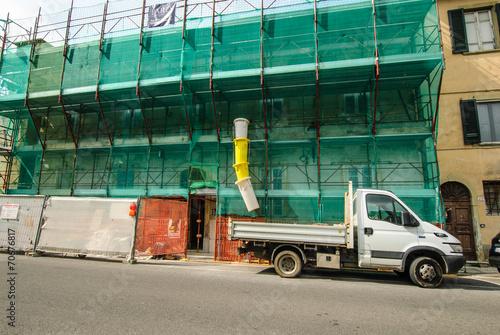 Leinwanddruck Bild Cantiere edilizio palazzo, ponteggi sicurezza, autocarro