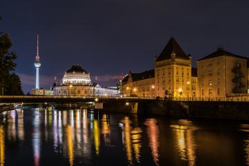 Berliner Fernsehturm und Museumsinsel bei Nacht