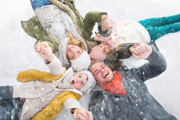 Familie im Schnee Weihnachten