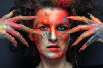 Hexe mit ritueller Gestik