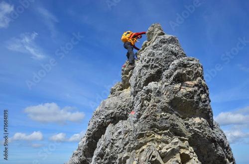 Aluminium Alpinisme Klettern zum Gipfel am steilen Fels
