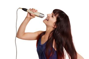 junge Frau singt mit Retro Mikro
