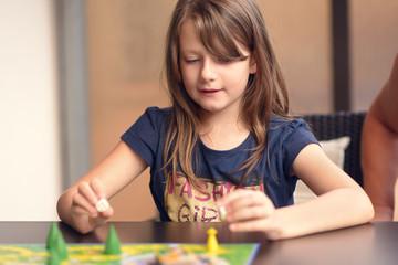 Kind spielt ein Brettspiel