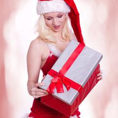 Frau im Nikolauskostüm bekommt ein Überraschungsgeschenk