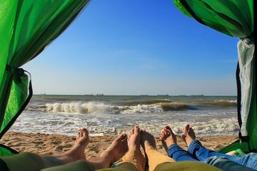 Туристы на море в палатке
