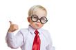 Kind mit Brille hält Daumen hoch