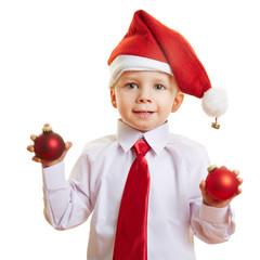 Kind mit Christbaumkugeln zu Weihnachten
