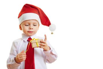 Kind öffnet Geschenk zu Weihnachten