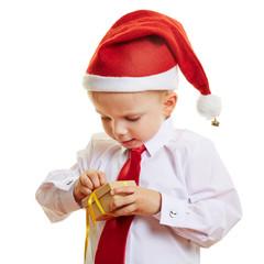 Kind macht Geschenk auf an Weihnachten