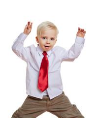 Kind mit Krawatte tanzt und springt