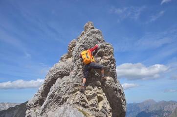 Klettern zum Gipfel am steilen Fels
