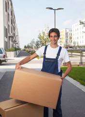 Möbelpacker mit Kiste packt an