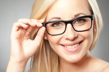 Blonde Frau trägt Brille