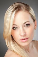 Hübsche blonde Frau zeigt Emotionen