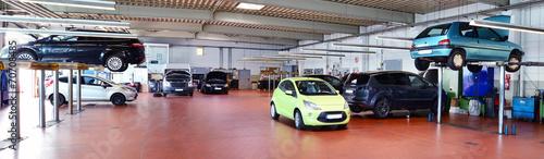 Leinwanddruck Bild moderne KFZ Werkstatt // Modern Auto Repair