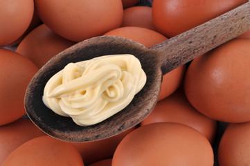 Mayonnaise dans une cuillère et œufs