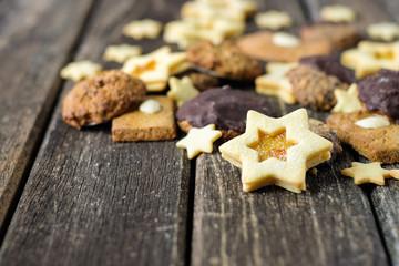 Weihnachtsplätzchen auf Holztisch