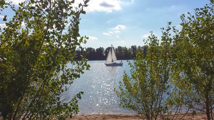 Ein Segelboot auf dem See