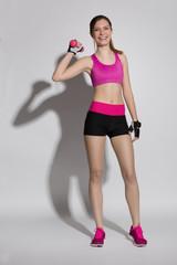 Frau macht Sport mit kleiner Hantel
