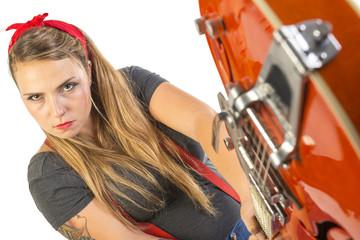 Ragazza tatuata arrabbiata che spacca la chitarra