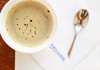 Taza de cafe con servilleta y cucharita